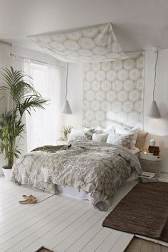 Neutrala toner ger en lugn bas i sovrummet Dc Fix, Comforters, Diy Home Decor, New Homes, Tapestry, Blanket, Bedroom, House Styles, Interior