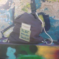 beb9809fe2c76 So sieht ein handgenähter Matrosenhunde-Segeltuch-Beutel aka Seesack aka  Turnbeutel aus