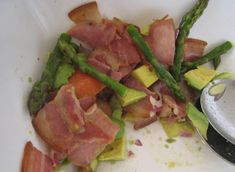 Carole's Chatter: Asparagus & Bacon salad Asparagus Bacon, How To Cook Asparagus, Sweet Chilli Sauce, Bacon Salad, Sliced Tomato, Salad Bowls, Avocado, Lunch, Stuffed Peppers