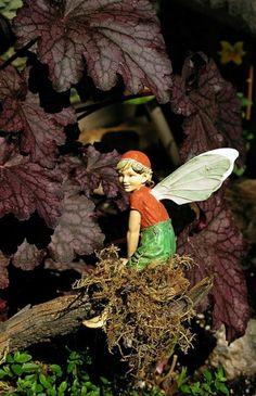décoration de jardin avec nains de jardin, idée, chapeau rouge statues de jardin
