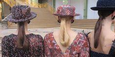 Desfile de Chanel Alta Costura otoño-invierno 2017-2018 💎 Pendientes redondos, masivos y sombreros de ala corta de principios del siglo XX – son los accesorios principales. Guantes largos  que llegan a cerrar el codo y los botines de charol con tacón transparente añaden  a la imagen una elegancia sofisticada. #coleccion #desfile #chanel #altacostura #semanadelamoda #paris #blog #fashion #fashionblog  #collection #karllagerfeld #luxury #style #designer #design #details #hautecouture…