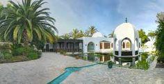 Luxueuse villa située dans une zone tranquille avec piscine privée, et une vue magnifique sur la ville d'Ibiza.
