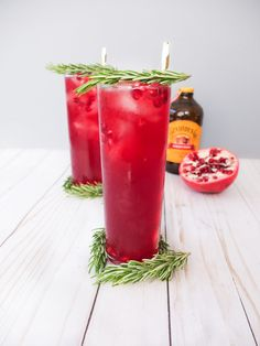 Easy Holiday cocktail similar to a holiday mule or buck. Perfect for Holiday entertaining or a Christmas Party recipe. A recipe for an easy Holiday cocktail that has Bundaberg Ginger Beer, white rum, pomegranate juice, muddled rosemary, and lemon juice. Easy Drink Recipes, Best Cocktail Recipes, Easy Cocktails, Punch Recipes, Fancy Drinks, Christmas Drinks Alcohol, Christmas Cocktails, Holiday Cocktails, Rosemary Simple Syrup