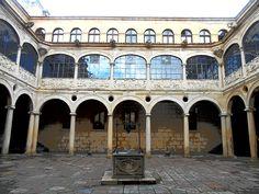 Claustro renacentista del Palacio de los Guzmanes. Fue terminado posteriormente por la Diputación Provincial de Leon de la que es su sede. Los arcos superiores son carpaneles y los inferiores escarzanos.