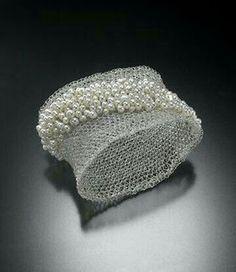 Perlas sobre una delicada malla de plata.