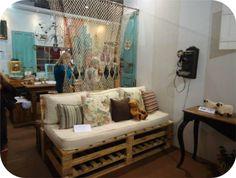 sofá feito de paletes e colchão velho