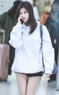 Sana's pale thighs. Kpop Girl Groups, Korean Girl Groups, Kpop Girls, Nayeon, Korean Beauty, Asian Beauty, K Pop, Sana Cute, Sana Momo