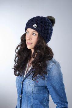 """Mütze """"Marla"""" mit Kunstfellbommel ● dunkelblau von Knitti Wollsachen auf DaWanda.com"""