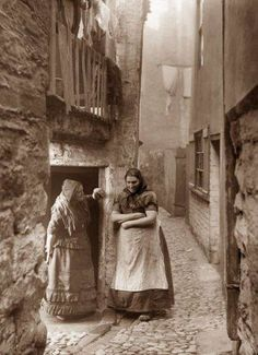 whitby fisher people Frank Sutcliffe on the right and Les Dawson on the left Victorian Street, Victorian Life, Victorian London, Victorian Photos, Antique Photos, Vintage Pictures, Vintage Photographs, Old Pictures, Old Photos