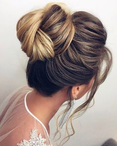 Updos hairstyle - Wedding Hairstyle for long hair #wedding #hairstyles #halfuphalfdown #bridalhair #weddinghair #hairstyleideas #hairinspiration #bridehairstyles