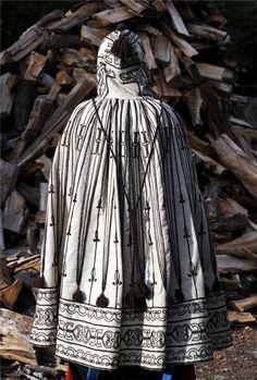 """Costume d'ossau: Cape féminine de deuil :"""" Capot de dòu"""". En laine blanche, décorée « à la soutache » de motifs de laine brune, répartis symétriquement sur la capuche, le dos et le bas de la cape."""