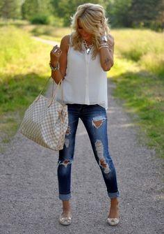 O jeans detonado tem o poder de transformar qualquer look básico em um visual super moderno. Invista! #look #jeans #fashion #dica