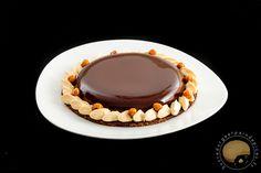 Tarte au chocolat et caramel au beurre salé. Sablé croustillant, mousse chocolat, crémeux caramel au beurre salé, glaçage miroir, noisettes et fleur de sel