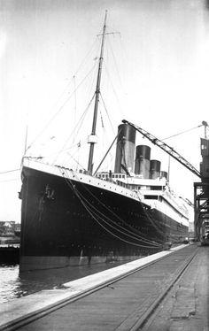 titanic at the docks