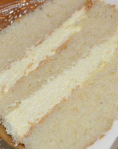 Cake with Vanilla Mousse Filling I'm tired. Really, really tired. So much to do and I can't get enough sleep. And that's why this cake doesn't look so pretty. OK, I'm lying. No, I'm not lying about being tired. I really am tired…. Icing Recipe, Frosting Recipes, Dessert Recipes, Cupcake Filling Recipes, Costco Cake Frosting Recipe, Vinalla Cake Recipe, Cake Boss Recipes, Homemade Desserts, Easy Desserts
