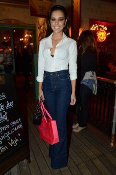 1. Jeans A atriz Mariana Rios optou por um modelo de calça flare, uma releitura da calça boca de sino dos anos 1970. Aqui um salto se faz necessário para obter, visualmente, o efeito alongado das pernas.