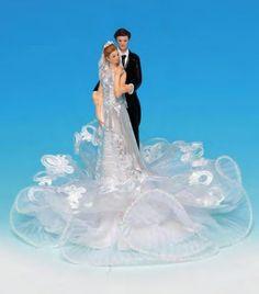 Une figurine de mariage romantique pour un joli gateau