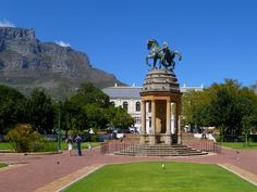 The Company Gardens is an ideal place to relax. With the amazing view of Table Mountain, appreciate the calm surrounded by birds and friendly squirrels.  You can choose to enjoy the sun with friends, have a romantic rest or go for a walk during a family outing.  It is really a place that everybody enjoy!