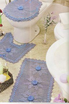 CROCHE COM RECEITA: Tapetes em crochê banheiro azul com fitas e flores...