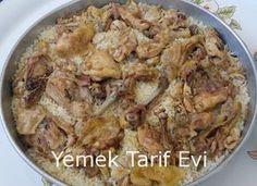 Fırında Tavuklu Pilav Tarifi, Öncelikle bir düdüklü tencere yardımıyla tavukları orta kıvamda haşlayın. Tavukları haşlarken fırında da pişeceklerini unutmayın. pirinçleri yıkayın ve fırın tepsisine koyun.