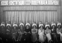 During the period of its existence, the Union of Soviet Socialist Republics was by area the world's largest country. These amazing vintage photos were taken by some of the best Soviet Union photographers will bring you a great trip back to the USSR era. Old Photos, Vintage Photos, Vintage Hair Salons, Monocycle, Big Photo, Weird Pictures, Salon Pictures, Life Pictures, Soviet Union