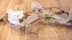 Einmaliger Tischschmuck für festliche Anlässe. *Natur-Holz* in Kombination mit *Orchideen*.     Dieser Tischaufleger ist sehr edel und kann immer w...