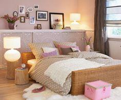 un linge de lit beige à pois blancs dans la chambre à coucher romantique en rose pâle