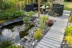 Jardim com ponte e lago com pedras