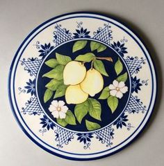 prato limões Mais Pottery Painting, Ceramic Painting, Pottery Art, Ceramic Art, Ceramic Plates, Decorative Plates, Studio C, Plate Design, Pottery Designs