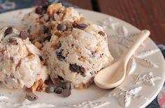 Frozen yogurt with honey, nuts and chocolate chips Greek Desserts, Frozen Desserts, Summer Desserts, Greek Recipes, Sorbet Ice Cream, Yummy Ice Cream, Homemade Ice Cream, Frozen Yogurt Maker, Gourmet
