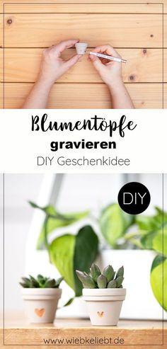 Einen Blumentopf gravieren. DIY Geschenkidee für Pflanzenfreunde. Einen Blumentopf aus Ton neugestalten. Kleine Blumentöpfe für Ableger gravieren und bepflanzen. Last Minute Geschenkidee zum Selbermachen. Blumentöpfe für Sukkulenten und Kakteen gestalten. Individuelle Blumentöpfe gravieren. Die DIY Anleitung findest du auf wiebkeliebt.de #blumentopf #gravieren #geschenkidee #pflanzen #greenery #diydeko #urbanjungle Last Minute, Planter Pots, Diy Projects, Herbs, Crafty, Food, Diy Gifts Parents, Essen, Herb