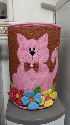 Gato capa galão de água Fabric Crafts, Sewing Crafts, Bee Pictures, Diy And Crafts, Arts And Crafts, Water Bottle Covers, Animal Quilts, Bottle Carrier, Cat Pattern