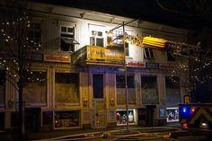 Brand. Strömstad, Skee och Tanums brandkår var på plats under natten för att släcka den övertända våningen.