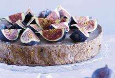 Tummasta suklaasta ja viikunoista syntyy jumalainen jäädykekakku.