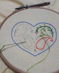 Rapidinho o colorido vai tomando conta. #bordadosmarinamendonca #feitoamao #bordado #artesanato #linhaseagulhas #arteterapia #bordados #cores #coração #embroidery #loading #handmade #heart #poa #anchor