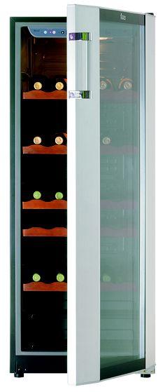 Vinoteca Teka RV 51 E de libre instalación en acero inoxidable y cristal con dos temperaturas independientes para vino blanco y tinto con capacidad para poder almacenar 51 botellas. Alarma luminosa para controlar la temperatura, cinco estantes de madera que son regulables en la altura. Clasificación energética B Repineado de Teka group