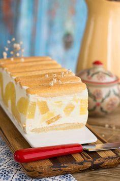 tarta de yogurt y piña Yogurt Recipes, Dessert Recipes, Rodjendanske Torte, Charlotte Cake, Pineapple Desserts, Cheesecake, Fantasy Cake, Icebox Cake, Summer Desserts