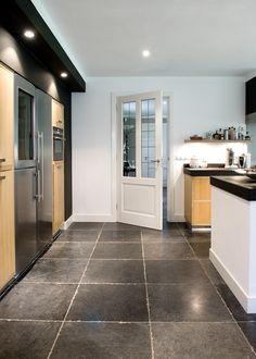 Vloer met tegels van Belgisch hardsteen Pacific Bluestone - Kersbergen natuursteen - vloeren ideeën | UW-vloer.nl