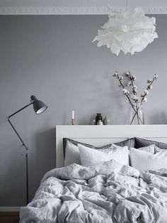 kleine vaasjes en katoenplant - stadshem.se grey apartment wooden beams makeahome.nl