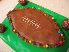 Football cake: How to make pull-apart football cupcakes - Jenna here is the cupcake cakes for you! Frosting Tips, Cupcake Frosting, Fondant Cupcakes, Fun Cupcakes, Vanilla Frosting, Cupcake Bakery, Easter Cupcakes, Birthday Cupcakes, Football Cupcake Cakes
