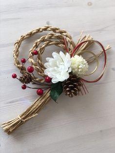 手作りで、かわいくおしゃれなしめ縄リースを作ってみたい方必見! なんとわらを使わずに、代わりに100均のあるものを使って、、、 とてもおしゃれで本物そっくりなしめ縄リースができちゃうんです♪ 是非、お試しあれ♪ Ikebana Flower Arrangement, Flower Arrangements, Japanese Ornaments, Corn Husk Wreath, New Years Decorations, Craft Sale, Green Flowers, Grapevine Wreath, Fabric Flowers