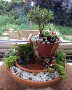 First version of the Gnome Home. interessant First version of the Gnome Home. Broken Pot Garden, Fairy Garden Pots, Fairy Garden Houses, Garden Terrarium, Terrariums, Gnome Garden, Succulents Garden, Little Gardens, Small Gardens