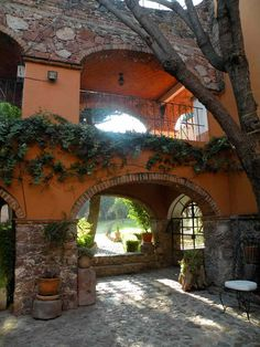 Mexican decor: Beautiful arches in this Mexican home.