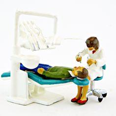 La collection des métiers - et des figurines féminines - s'agrandit chez CBG Mignot avec cette femme dentiste et son patient homme (ref. CBG 6423A) Chair, Collection, Furniture, Home Decor, Woman, Decoration Home, Room Decor, Home Furnishings, Stool