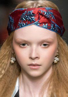 Tendances coiffure automne-hiver : les cheveux gaufrés chez Gucci