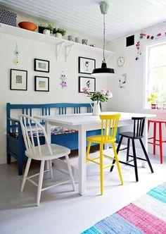 banquette table, banquette pour cuisine avec table blanche et chaises colorées
