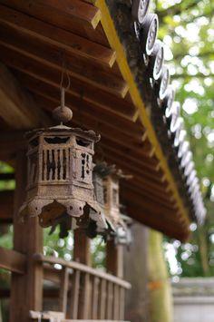 https://flic.kr/p/9tYYAR | tumbledown | motoiwashimizu-hachimangu, Nara