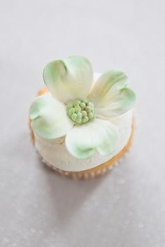 DIY Gumpaste Dogwood Flower 275x412 DIY Virginia Dogwood Bridal Shower Cupcakes