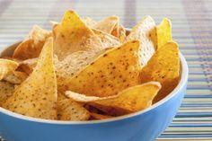 Des chips tortillas, de la sauce Salsa, un peu de fromage râpé type cheddar ou emmental, le tout au micro-ondes pour 1 minute et à vous les nachos maison. Une idée originale à déguster à l'apéro ou en petit dîner express.