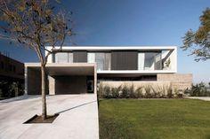 Amado Cattaneo Arquitectos Casa racionalista - Portal de Arquitectos L Shaped House, Modern Lake House, Concrete Houses, Good House, Interior And Exterior, Architecture Design, House Plans, Sweet Home, House Design